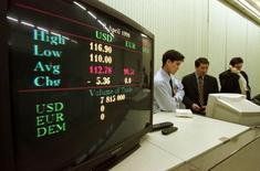 Трейдеры на Казахстанской фондовой бирже в Алма-Ате. 8 апреля 1999 года. Казахстан надеется привлечь иностранных инвесторов на свой слаборазвитый фондовый рынок за счет либерализации правил и приватизации активов, сказала во вторник представитель финансового регулятора. REUTERS/Reuters Photographer