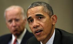 El presidente de Estados Unidos, Barack Obama, propuso el martes un plan de gasto de 4,1 billones de dólares para el año fiscal 2017, en un presupuesto en el que fijó sus prioridades para combatir a Estado Islámico, subir los impuestos a los más ricos y ayudar a los pobres. En la imagen, Obama (dcha) con el vicepresidente Joe Biden (izq) durante una reunión en Washington el 9 de febrero de 2016. REUTERS/Kevin Lamarque