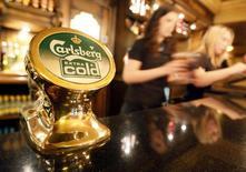 Heineken anticipe pour cette année une progression de son chiffre d'affaires et de ses bénéfices en dépit d'un environnement extérieur de plus en plus difficile. /Photo d'archives/REUTERS/Toby Melville