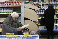 Магазин Дикси в Москве. 1 декабря 2015 года. Инфляция в России со 2 по 8 февраля 2016 года составила 0,2 процента, как и в предыдущие три недели, а с начала года достигла 1,2 процента, сообщил Росстат в среду. REUTERS/Sergei Karpukhin