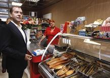 Дмитрий Медведев в продуктовом магазине в Южно-Сахалинске. 3 июля 2012 года. Торговая сеть во Владивостоке, почувствовав падение доходов горожан, решила подстегнуть продажи и предложила еду в кредит. REUTERS/Dmitry Astakhov/RIA Novosti/Pool