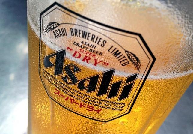 3月10日、アサヒは欧州ビール4事業の買収で基本合意した。写真は同社ビールのグラス。シンガポールで昨年10月撮影(2016年 ロイター/Tim Wimborne/Files)