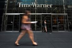 Una mujer camina cerca de la entrada del edificio de Time Warner, en Manhattan, Nueva York. 16 de julio de 2014. Time Warner Inc, propietaria de los canales de cable CNN y HBO y del estudio de cine Warner Bros, reportó una caída de 6 por ciento, mayor a la esperada, en sus ingresos trimestrales, afectada por una escasez de lanzamientos de películas de éxito y la fortaleza del dólar. REUTERS/Adrees Latif/Files