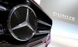 El logo de Mercedes-Benz en un auto durante la conferencia de prensa anual de la compañía, en Stuttgart, Alemania, 4 de febrero de 2016. Daimler dijo que llamará a revisión a 840.000 vehículos en Estados Unidos con infladores de bolsas de aire de Takata que podrían estar defectuosos, lo que se traducirá en cargos por 340 millones de euros (383 millones de dólares) para la automotriz alemana. REUTERS/Michaela Rehle