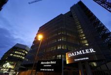 Штаб-квартира Daimler AG в Штутгарте. Немецкие концерны Volkswagen и Daimler отзывают 1,5 миллиона автомобилей в США из-за возможного дефекта подушек безопасности, произведенных японской компанией Takata Corp. REUTERS/Michaela Rehle