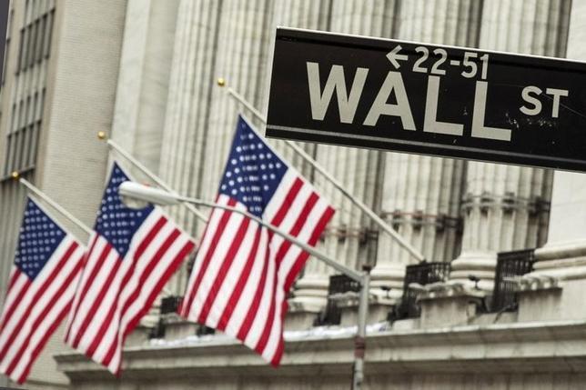 2月10日、米国株式市場はまちまちで取引を終えた。米FRBのイエレン議長が議会証言で、再利上げに含みを残しつつも米経済の下振れリスクを指摘したことで、終盤にかけて株式市場の勢いがなくなった。写真は2015年9月、ニューヨーク証券取引所前で(2016年 ロイター/Lucas Jackson)