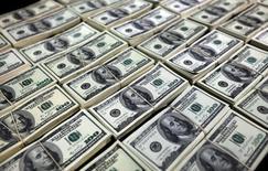 Офицеры полиции демонстрируют фальшивые доллары на пресс-конференции в Лиме. Доллар достиг минимума 15 месяцев к иене в четверг после комментариев председателя ФРС Джанет Йеллен, которая не дала инвесторам повода сомневаться в том, что следующий этап повышения учётной ставки произойдёт ещё не скоро. REUTERS/Guadalupe Pardo