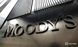 Вывеска Moody's на штаб-квартире компании в Нью-Йорке. Обесценение рубля, ускорившееся в январе 2016 года, усугубит проблемы от экономической рецессии, с которыми уже приходится бороться российским банкам, говорится в отчете рейтингового агентства Moody's, опубликованном в четверг.  REUTERS/Brendan McDermid