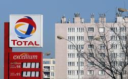El logo de Total en una gasolinera de Marsella, el 11 de febrero de 2015. La petrolera francesa Total superó el jueves sus expectativas de ganancias gracias a niveles de producción récord y elevados márgenes de refinación, aunque anunció nuevos recortes de gastos en respuesta a la peor crisis del sector de energía en una década. REUTERS/Jean-Paul Pelissier