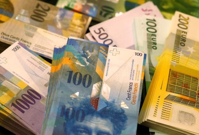 2月11日、スイス国立銀行(中央銀行)のジョルダン総裁は、欧州市場の動乱を受けスイスフランの安全通貨としての役割が再び高まる可能性があるとの警戒感を示し、中銀はすでにマイナス圏にある政策金利をさらに引き下げることができるとの見解を示した。写真は2014年11月、スイスのベルンで(2016年 ロイター/Ruben Sprich)