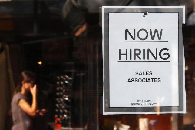 2月11日、米労働省が発表した2月6日までの週の新規失業保険週間申請件数は、季節調整済みで前週比1万6000件減の26万9000件となった。米景気減速や株安にもかかわらず労働市場が底堅く推移していることが裏付けられた。 写真は2014年9月、ボストンで(2016年 ロイター/Brian Snyder)
