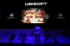 Ubisoft a revu à la baisse ses prévisions de chiffre d'affaires et de résultat opérationnel pour son exercice 2015-2016. L'éditeur de jeux vidéo prévoit de dégager un chiffre d'affaires d'environ 1.360 millions d'euros sur l'ensemble de l'exercice. /Photo d'archives/REUTERS/Kai Pfaffenbach