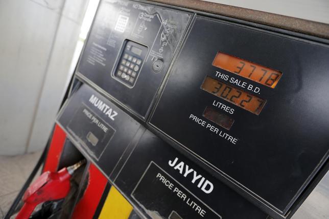 2月11日、米エネルギー情報局の石油在庫統計などを受け米原油先物は12年ぶりの安値、北海ブレント原油先物は30ドル割れとなったが、OPECが減産に協力するとの報道で値を戻した。バーレーンのガソリンスタンド、先月26日撮影(2016年 ロイター/Hamad I Mohammed)
