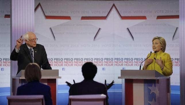 2月11日、米民主党の大統領選候補指名争いで、ヒラリー・クリントン前国務長官(右)とバーニー・サンダース上院議員(左)がヘルスケアやウォール街からの献金をめぐり討論会で舌戦を繰り広げた。写真はウィスコンシン州ミルウォーキー同討論会の模様(2016年 ロイター/Jim Young)