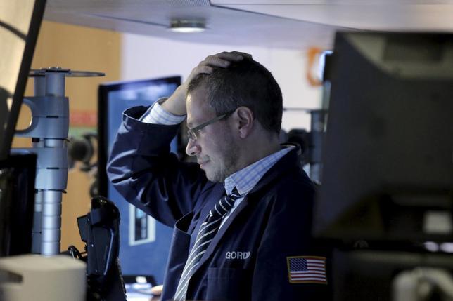 2月11日、世界株安が止まらない。経済成長への懸念や中銀の政策効果への疑念から、債券や金などの安全資産に殺到している。ニューヨーク証券取引所で撮影(2016年 ロイター/Brendan McDermid)