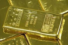 Слитки золота в офисе Korea Gold Exchange в Сеуле. 9 августа 2011 года. Рынок золота, вероятно, завершит неделю наиболее сильным ростом более чем за четыре года благодаря спросу на надежные активы, вызванному падением фондовых рынков. REUTERS/Jo Yong-Hak