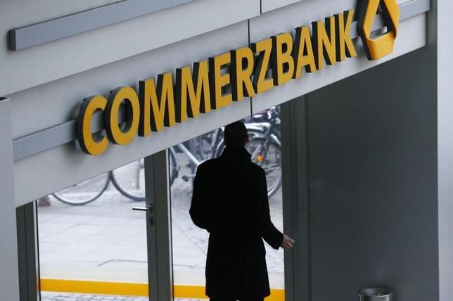 2月12日、ドイツのコメルツ銀行が発表した第4・四半期業績は黒字転換した。写真はフランクフルトの本店で撮影(2016年 ロイター/Ralph Orlowski)