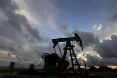 Una unidad de bombeo de petróleo de la petrolera CUPET, fotografiado cerca de la costa en la provincia de Mayabeque, Cuba, 15 de octubre de 2015. Los precios del petróleo subían el viernes ante las expectativas de un recorte coordinado a la producción, alentadas por comentarios del ministro de Energía de Emiratos Árabes Unidos, un país miembro de la OPEP. REUTERS/Enrique de la Osa