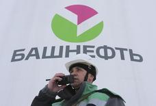 Рабочий на предприятии Башнефти под Уфой. 28 января 2015 года. Правительство РФ рассматривает несколько вариантов приватизации Башнефти, включая продажу контроля или миноритарной доли на рынке, в то время как несколько потенциальных претендентов уже выразили интерес, включая частного нефтедобытчика Лукойл, рассказали Рейтер источники в правительстве и отрасли. REUTERS/Sergei Karpukhin