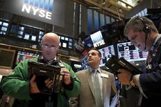 Operadores trabajando en la Bolsa de Nueva York. 11 de febrero de 2016. Las acciones estadounidenses subían el viernes tras la apertura de sesión, impulsadas por un repunte de los papeles de los sectores de energía y de finanzas, después de la profunda liquidación que sufrió el mercado durante la semana. REUTERS/Brendan McDermid
