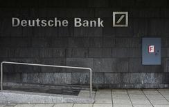 Deutsche Bank recomprará más de 5.000 millones de dólares en deuda prioritaria, según indicó el viernes en un comunicado, un anuncio que provocó una fuerte subida de sus acciones. En la imagen, una mangera antiinciendios al lado del logotipo del alemán Deutsche Bank en Fráckfort, Alemania, el 26 de enero de 2016. REUTERS/Kai Pfaffenbach