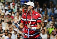 Isner comemora em jogo contra Feliciano Lopez na Austrália.  23/1/2016. REUTERS/Jason O'Brien Action Images