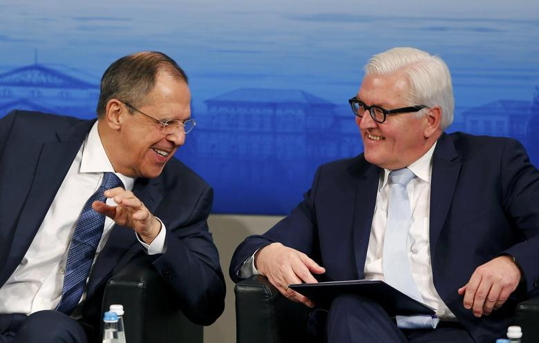Russian Foreign Minister Sergei Lavrov (L) speaks to German Foreign Minister Frank-Walter Steinmeier at the Munich Security Conference in Munich, Germany, in this February 13, 2016 file picture. REUTERS/Michael Dalder/File