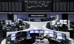 Las bolsas europeas abrieron con fuerte alza el lunes, alentadas por las ganancias de Asia, donde el índice Nikkei subió más de un siete por ciento y la subida del tipo de cambio del yuan rebajó las preocupaciones por una devaluación de la divisa china. En la imagen, operadores en la Bolsa de Fráncofrt, Alemania, 12 de febrero de 2016.     REUTERS/Staff/Remote