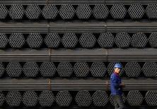 Foto de archivo de un trabajador caminando cerca de una pila de productos de acero, en la planta de Youfa en Tangshan, China. 3 de noviembre de 2015. Las importaciones chinas de mineral de hierro aumentaron un 4,6 por ciento en enero respecto al mismo mes del año pasado, a 82,19 millones de toneladas, luego de que las acerías nacionales repusieron sus inventarios con suministros extranjeros baratos, mostraron datos de aduanas el lunes. REUTERS/Kim Kyung-Hoon/Files