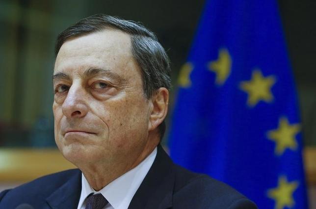 2月15日、ECBのドラギ総裁は、このところの金融市場の混乱、もしくはエネルギー価格の長期的な下落によりユーロ圏のインフレ率が低水準にとどまる状況が長引く恐れがある場合、ECBは3月の理事会で政策緩和に踏み切る用意があると述べた。写真は同日、欧州議会で証言するドラギ総裁(2016年 ロイター/Yves Herman)