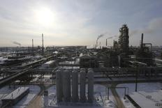 Вид на НПЗ Башнефти под Уфой. 29 января 2015 года. Промышленный спад России продолжился в январе 13-й месяц подряд, но оказался менее глубоким, чем предсказывали эксперты, из-за благоприятного эффекта базы и похолодания. REUTERS/Sergei Karpukhin