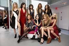 Estilista Diane von Furstenberg e modelos antes de desfile na Semana da Moda de Nova York  14/2/2016 REUTERS/Andrew Kelly