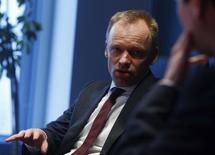 En la imagen se ve a Clemens Fuest, co director del Centro Europeo de Estudios Económicos (ZEW), hablando en Fráncfort el 10 de febrero de 2014. La confianza entre analistas e inversores alemanes empeoró en febrero por segundo mes consecutivo debido a la amenaza de una ralentización económica mundial e incertidumbres por el efecto de la caída de los precios del petróleo, según un sondeo del centro de estudios ZEW publicado el martes. REUTERS/Ralph Orlowski