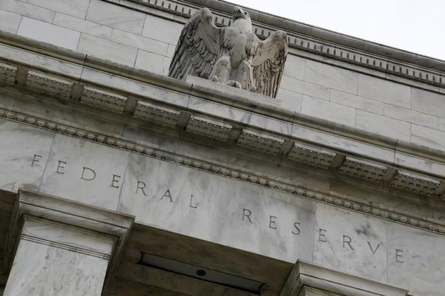 2月16日、ハーカー米フィラデルフィア地区連銀総裁は物価上昇を待つことが賢明とし、追加利上げを急ぐ必要はないとの考えを示唆した。写真はFRB建物。2013年7月撮影。(2016年 ロイター/Jonathan Ernst)