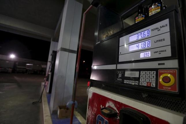 2月16日、終盤のニューヨーク外為市場では、主要産油国による生産凍結合意に失望感が広がり、ドルが対円で下落した。サウジアラビア・コバールのガソリンスタンドで1月撮影(2016年 ロイター/HAMAD I MOHAMMED)