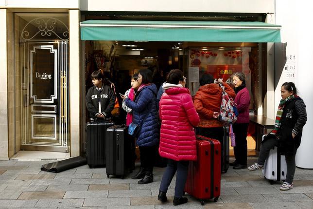 2月17日、インバウンド関連株が減速している。写真は買い物をした中国人旅行者。都内で4日撮影(2016年 ロイター/Thomas Peter)