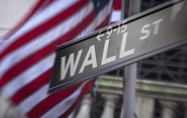 2月16日、米大統領選民主党候補のサンダース上院議員と、ミネアポリス地区連銀のカシュカリ総裁は米大手銀行の解体を望んでいる。政治的隔たりを越えた意見の一致に、ウォール街は用心するべきだろう。写真はウォール街の標識。NY市で2013年10月撮影(2016年 ロイター/Carlo Allegri)