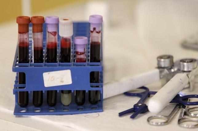 2月16日、米食品医薬品局(FDA)は、「小頭症」との関連が指摘されているジカ熱をめぐり、流行地域における献血の中止を呼びかけるとともに、輸血に必要な血液は感染が確認されていない国で調達するよう勧告した。写真はワシントンで撮影(2016年 ロイター/Gary Cameron)