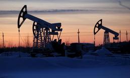 """Unidades de bombeo de la compañía Lukoil en el campo petrolero Imilorskoye, cerca de Kogalym, Rusia, 25 de enero de 2016. Los precios del crudo escalaban cerca de un 7 por ciento el miércoles hasta superar los 34 dólares por barril, después de que Irán expresó su apoyo a una iniciativa liderada por Rusia y Arabia Saudita para colocar un """"techo"""" sobre los niveles de producción y apuntalar el mercado. REUTERS/Sergei Karpukhin"""
