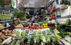 Магазин овощей на рынке в Пекине. Инфляция в Китае ускорилась до пика пяти месяцев в январе из-за роста цен на продукты, однако цены производителей снизились 47-й месяц подряд, так как падение сырьевых рынков и слабый спрос увеличивают дефляционное давление на вторую по величине экономику мира. REUTERS/Jason Lee