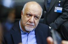 El ministro de Petróleo de Irán, Bijan Zanganeh, habla con periodistas durante una reunión de ministros de petróleo de la OPEP, en Viena, Austria, 4 de diciembre de 2015. Irán considera que un acuerdo global para congelar la producción de crudo no será suficiente para ayudar a apuntalar los precios, ya que el mundo está produciendo demasiado petróleo, dijeron a Reuters fuentes del sector en el país islámico. REUTERS/Heinz-Peter Bader