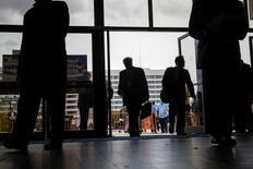 Personas entran a la feria de empleos en el Coliseo en Memoria de los Veteranos de Nassau, en Uniondale, Nueva York. 7 de diciembre de 2014. El número de estadounidenses que presentaron nuevas solicitudes de subsidios por desempleo cayó inesperadamente la semana pasada, apuntando a una fortaleza del mercado laboral que podría mantener sobre la mesa a las alzas de las tasas de interés de la Reserva Federal este año. REUTERS/Shannon Stapleton