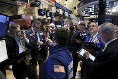 Трейдеры на Нью-Йоркской фондовой бирже 27 января 2016 года. Третий по счету трейдер признал себя виновным в $100-миллионной международной схеме, связанной со взломом серверов международных агентств, распространяющих пресс-релизы компаний, и использованием украденной информации для операций с акциями. REUTERS/Brendan McDermid