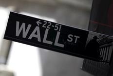 Указатель на Уолл-стрит на Манхэттене. Уолл-стрит завершила пятничную сессию незначительными изменениями за счёт акций Applied Materials, обеспечивших рост технологического сектора и компенсировавших падение цен на нефть.     REUTERS/Mike Segar
