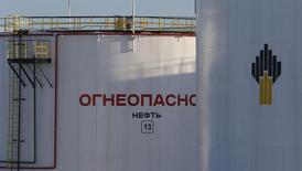 Нефтехранилища на месторождении Роснефти под Нижневартовском 26 января 2016 года. Роснефть увеличит долю в совместном предприятии Petromonagas в Венесуэле с 16,7 до 40 процентов за $500 миллионов, сообщил президент Венесуэлы Николас Мадуро. REUTERS/Sergei Karpukhin
