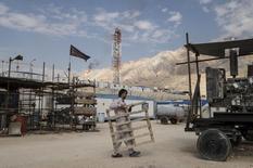 Irán tiene como objetivo aumentar su producción de petróleo en 700.000 barriles por día en el futuro próximo, dijo el sábado el viceministro de petróleo. En la foto,  un trabajador iraní en un yacimiento de petróleo en Asalouyeh, en Irán, el 19 de noviembre de 2015.  REUTERS/Raheb Homavandi/TIMA