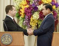 Премьер-министр России Дмитрий Медведев (слева) жмет руки тайскому коллеге генералу Праюту Чан-Оче в Бангкоке 8 апреля 2015 года. Таиланд стремится укрепить связи - и, возможно, договориться об оружейных поставках - с Россией, на фоне охлаждения отношений с традиционным партнером, США, возмущенным военным переворотом мая 2014-го. REUTERS/Athit Perawongmetha