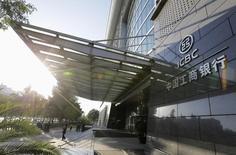 Bancos chinos, incluida una rama del banco más grande de China Banco Industrial y Comercial de China (ICBC) , han congelado cuentas a nombre de norcoreanos, informó el lunes un periódico de Corea del Sur.   En la imagen de archivo, algunas personas pasan por delante de la sede del Banco Industrial y Comercial de China (ICBC) en Pekín, China, el 15 de octubre de 2013.  REUTERS/Jason Lee
