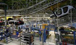 El crecimiento en el sector privado alemán se desaceleró por segundo mes consecutivo en febrero, mostró un sondeo el lunes, lo que sugiere que la mayor economía de Europa está sintiendo la presión de una desaceleración en los mercados emergentes. En la imagen, una fábrica de  Mercedes Benz en Rastatt, Alemania, el 22 de enero de 2016. REUTERS/Kai Pfaffenbach