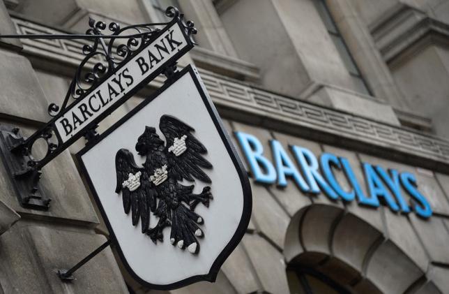 2月22日、米国の金融規制当局は、苦しんでいる外国銀行に追い打ちをかけようとしている。写真はバークレイズのロゴ。ロンドンで2013年7月撮影(2016年 ロイター/Toby Melville)